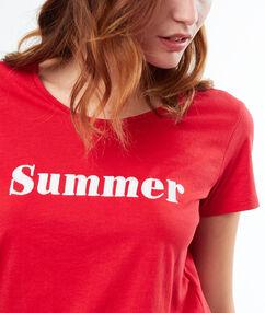 T-shirt à message rouge.